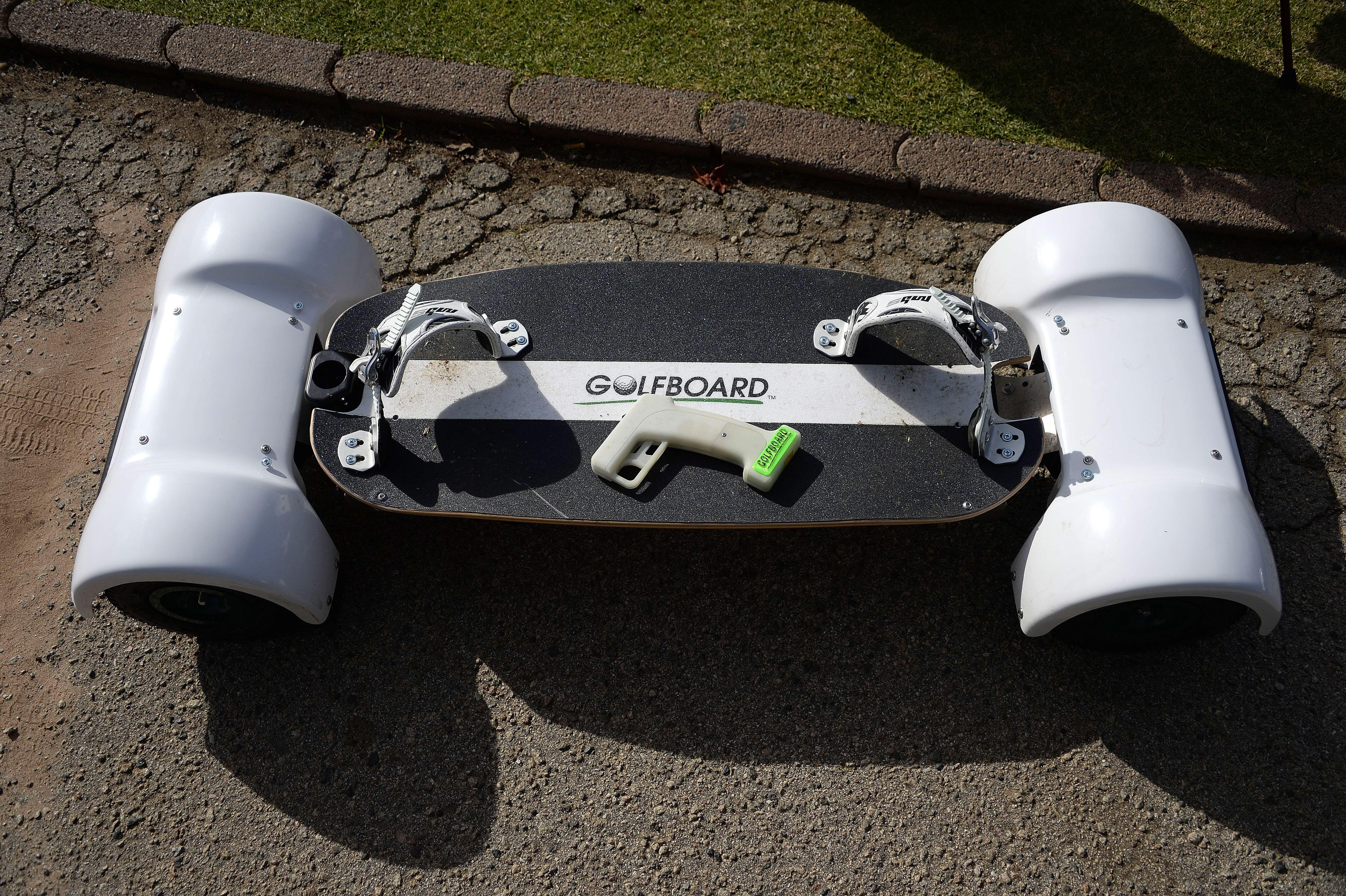 Skateboard eléctrico en el campo de golf